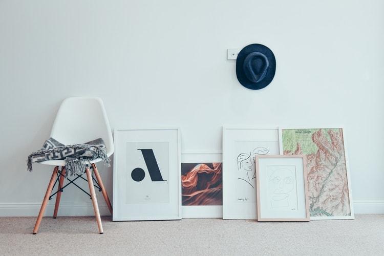 Cuadros modernos y chapas de metal en tus paredes: la tendencia del momento